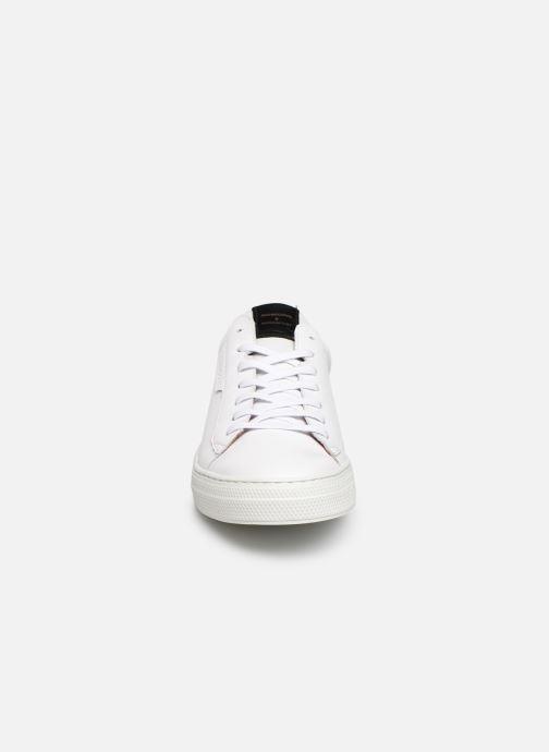 Sneakers Schmoove Spark Clay Bianco modello indossato