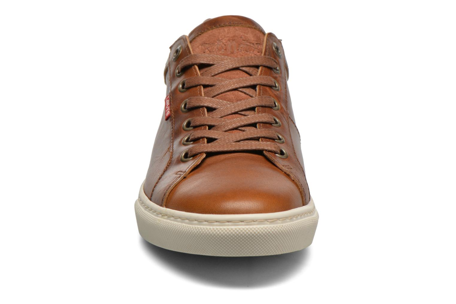 Sneakers Levi's Perris Derby Marrone modello indossato