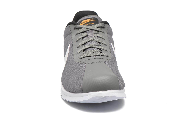 Baskets Nike Nike Cortez Ultra Gris vue portées chaussures