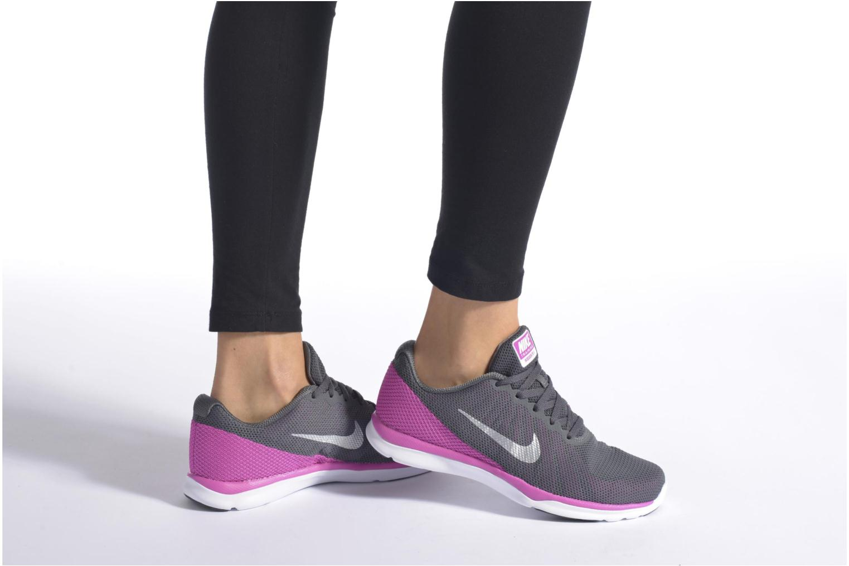 Chaussures de sport Nike Wmns Nike In-Season Tr 6 Gris vue bas / vue portée sac
