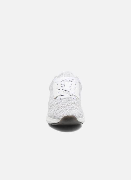Sneakers Bullboxer Ziza Argento modello indossato