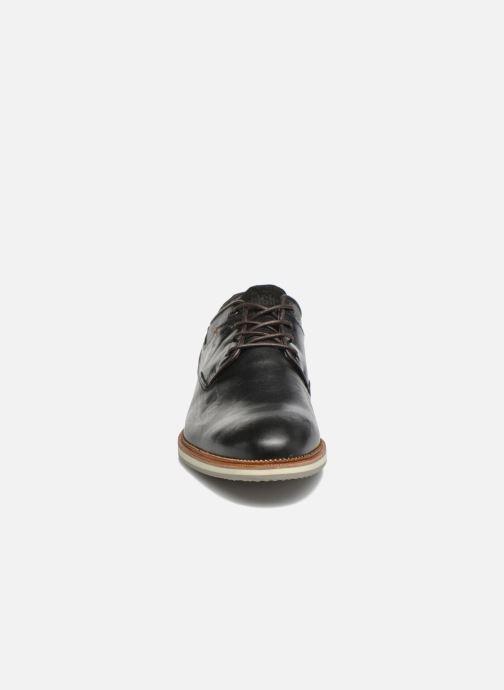 Scarpe con lacci Bullboxer Mattew Marrone modello indossato