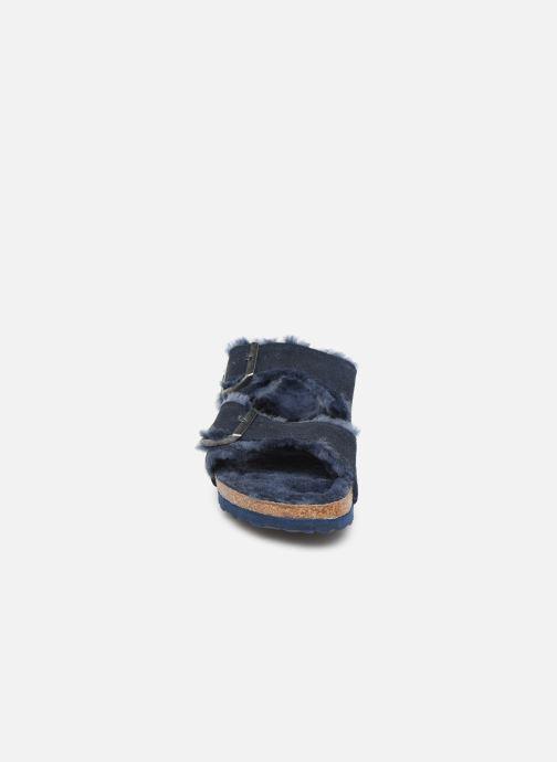 Pantofole Birkenstock Arizona Sheepskin W Azzurro modello indossato