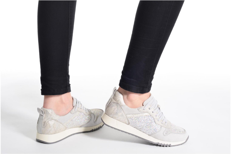 Sneaker Tamaris Mimosa silber ansicht von unten / tasche getragen