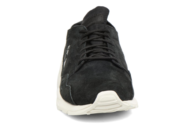 Sneakers Le Coq Sportif Lcs R Flow Nubuck Nero modello indossato