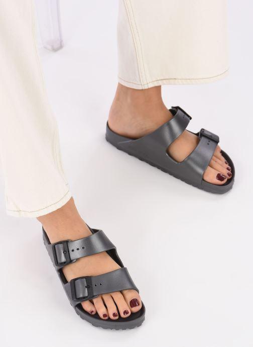 Clogs & Pantoletten Birkenstock Arizona EVA W grau ansicht von unten / tasche getragen