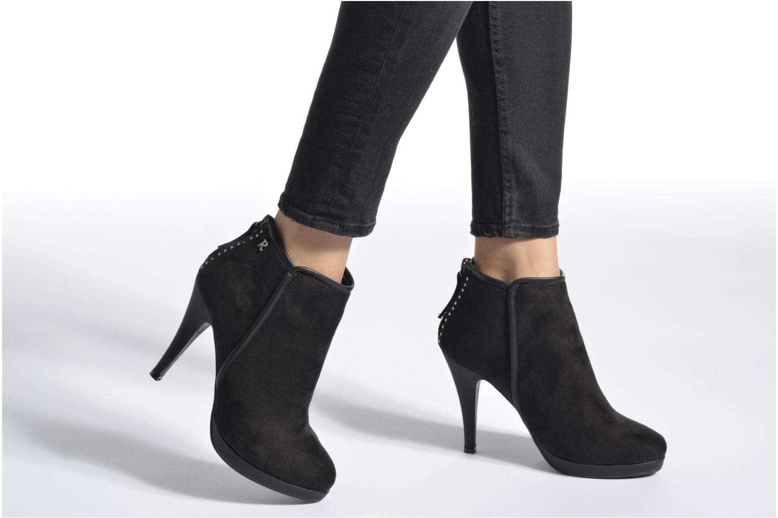 Ankle boots Refresh Elina-61124 Black view from underneath / model view
