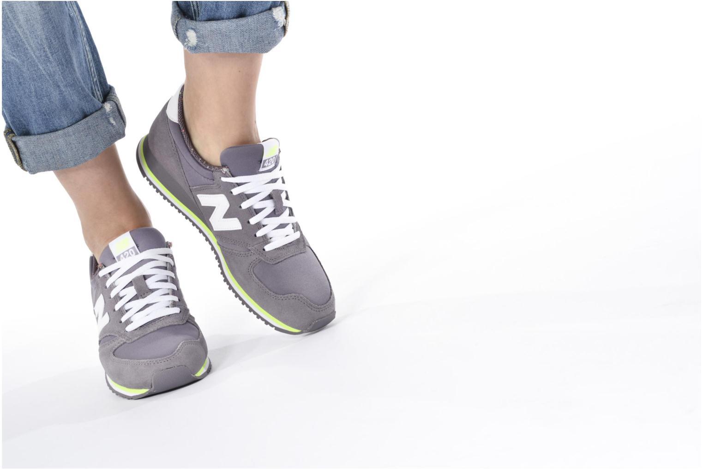 Sneaker New Balance WRL420 lila ansicht von unten / tasche getragen