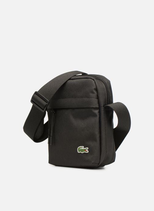 Borse uomo Lacoste Neocroc Vertical Camera Bag Nero modello indossato