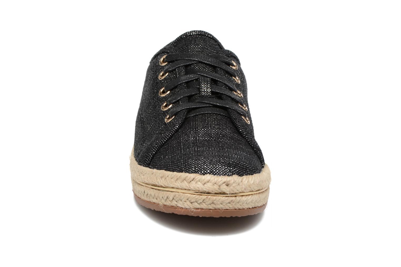 Sneakers Xti Zanzine 46768 Nero modello indossato