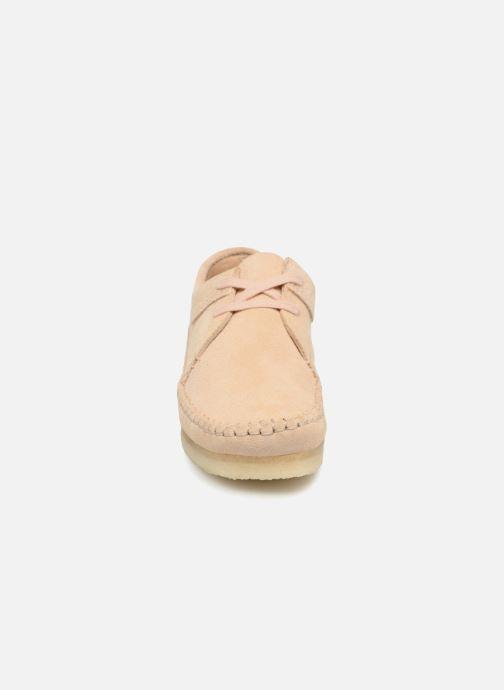 Scarpe con lacci Clarks Originals Weaver W Beige modello indossato