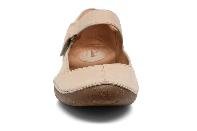 Ballerines Clarks Autumn Stone Beige vue portées chaussures
