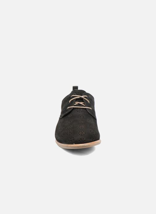 Scarpe con lacci Clarks Alania Posey Nero modello indossato