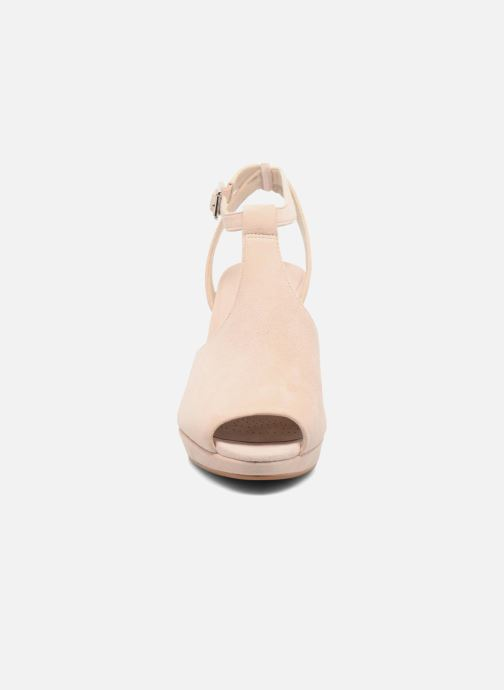 Zapatos de tacón Clarks Kendra Charm Rosa vista del modelo