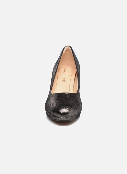 Zapatos de tacón Clarks Kelda Hope Plateado vista del modelo