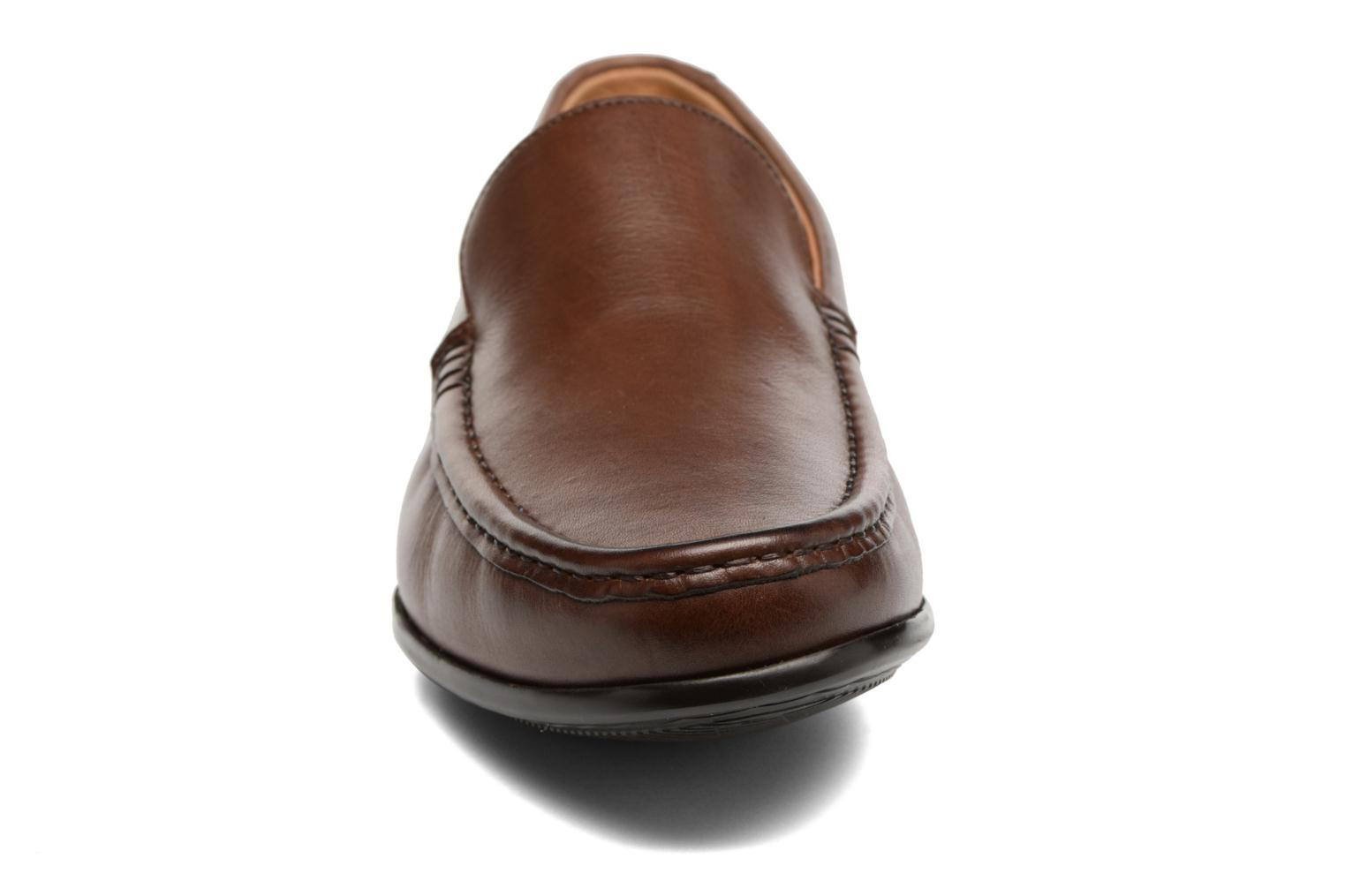 Mocassini Clarks Claude Plain Marrone modello indossato