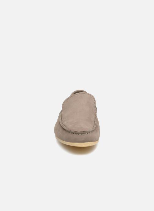 Mocassins Clarks Reazor Edge Gris vue portées chaussures