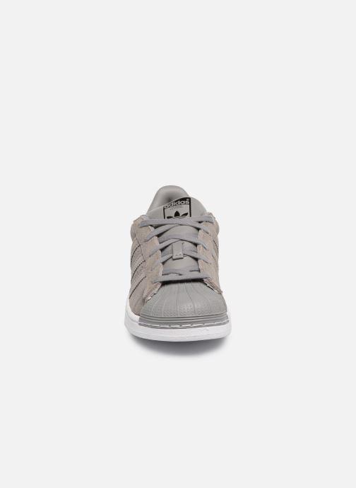 Baskets adidas originals Superstar C Gris vue portées chaussures