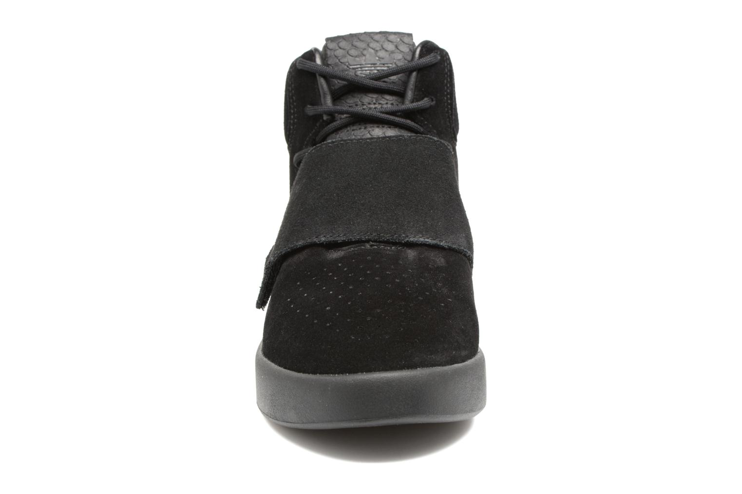 Sneakers Adidas Originals Tubular Invader Strap J Nero modello indossato