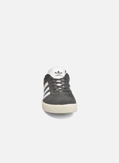 Sneakers adidas originals Gazelle J Grigio modello indossato