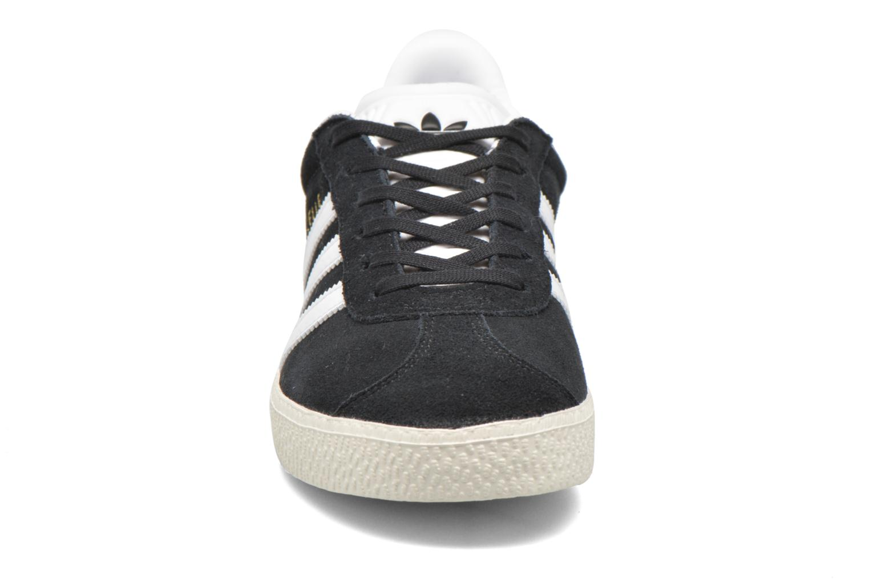 Sneakers Adidas Originals Gazelle J Nero modello indossato