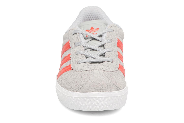 Sneakers Adidas Originals Gazelle I Grå se skoene på