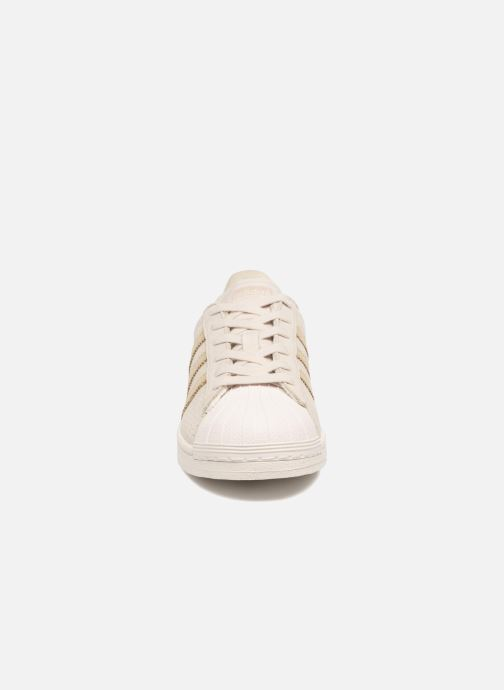 Sneakers adidas originals Superstar Fashion J Beige modello indossato