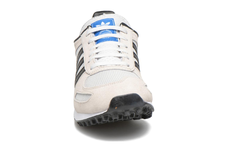 Sneakers Adidas Originals La Trainer J Beige modello indossato