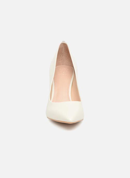 Zapatos de tacón Guess Bennie 2 Beige vista del modelo