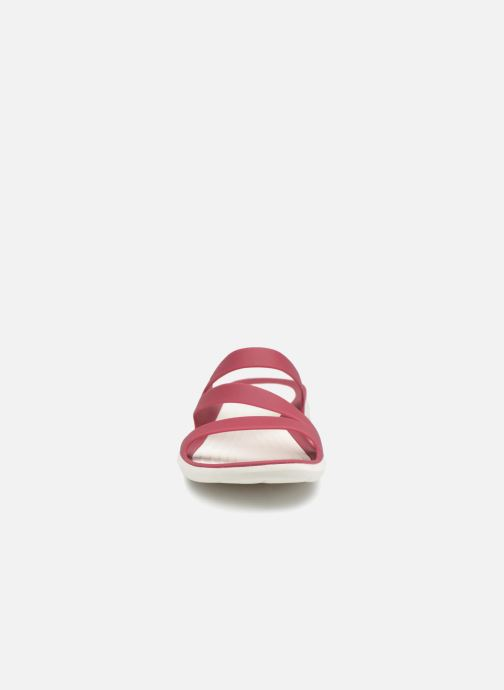 Mules et sabots Crocs Swiftwater Sandal W Rose vue portées chaussures