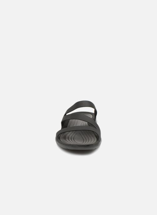 Mules et sabots Crocs Swiftwater Sandal W Noir vue portées chaussures