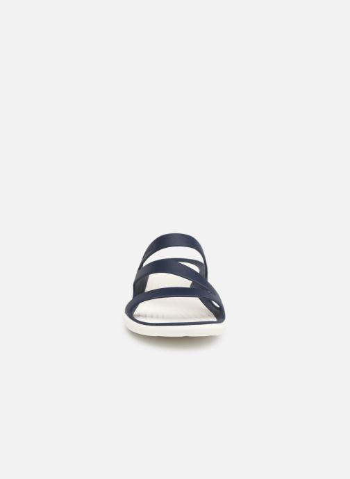 Mules et sabots Crocs Swiftwater Sandal W Bleu vue portées chaussures