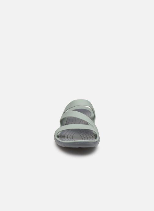 Mules et sabots Crocs Swiftwater Sandal W Gris vue portées chaussures