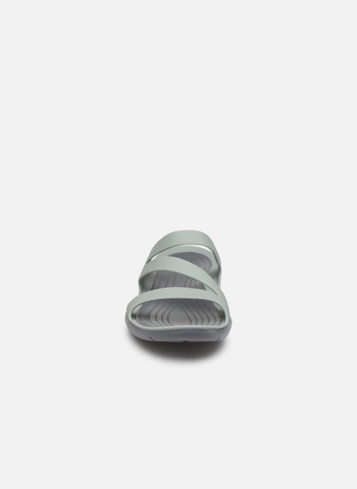 Zuecos Crocs Swiftwater Sandal W Gris vista del modelo