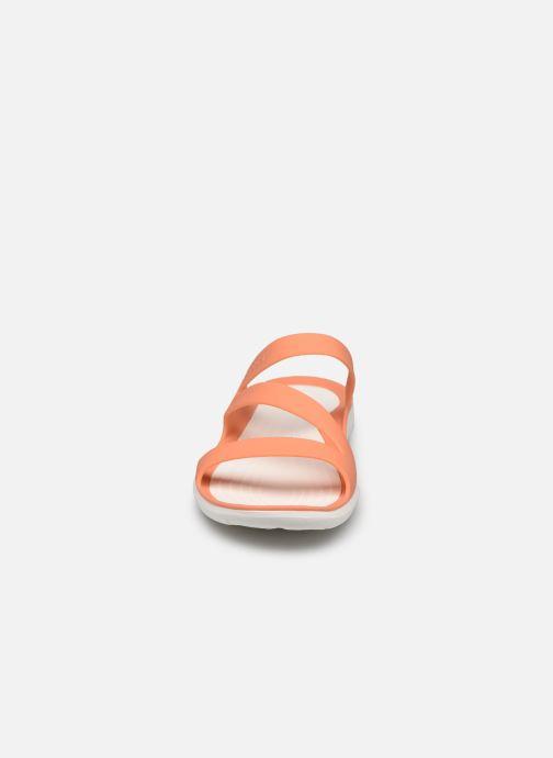 Zuecos Crocs Swiftwater Sandal W Naranja vista del modelo