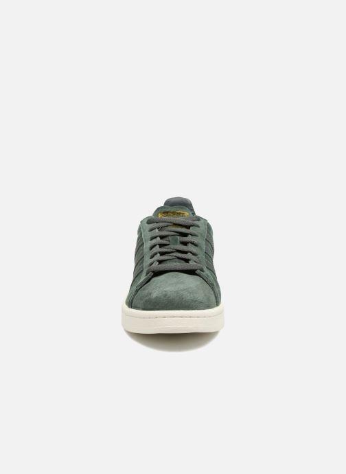 Sneakers Adidas Originals Campus Verde modello indossato