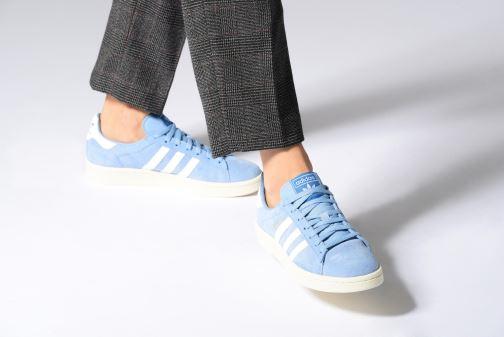 Sneaker adidas originals Campus W weiß ansicht von unten / tasche getragen