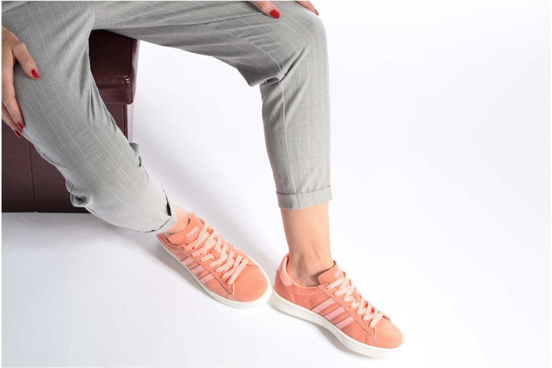 Sneaker Adidas Originals Campus W lila ansicht von unten / tasche getragen