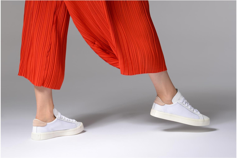 Sneaker Adidas Originals Courtvantage W weiß ansicht von unten / tasche getragen