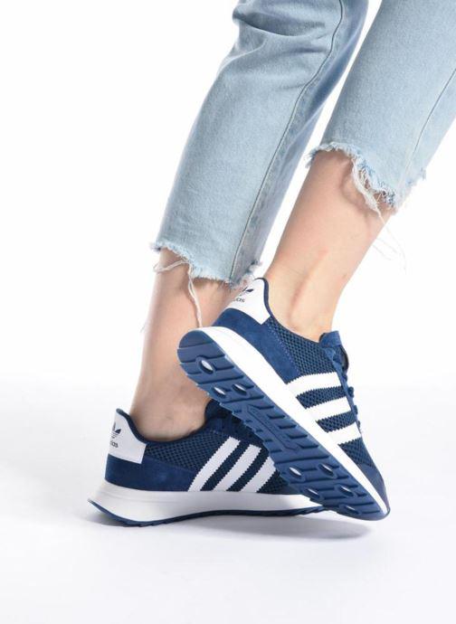 Sneaker adidas originals Flb W rot ansicht von unten / tasche getragen