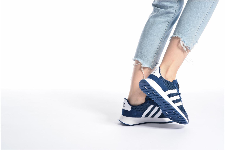 Sneaker Adidas Originals Flb W rosa ansicht von unten / tasche getragen