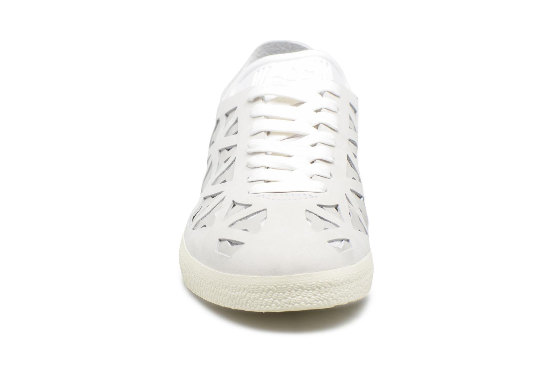 Baskets Adidas Originals Gazelle Cutout W Gris vue portées chaussures