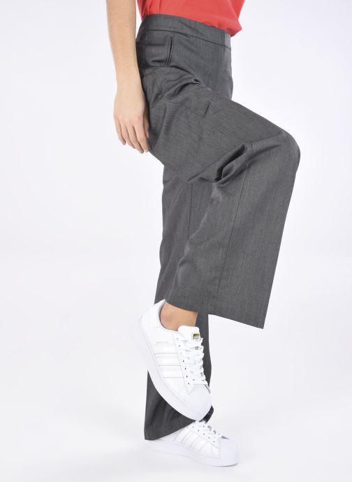 Sneaker adidas originals Superstar Bold W weiß ansicht von unten / tasche getragen
