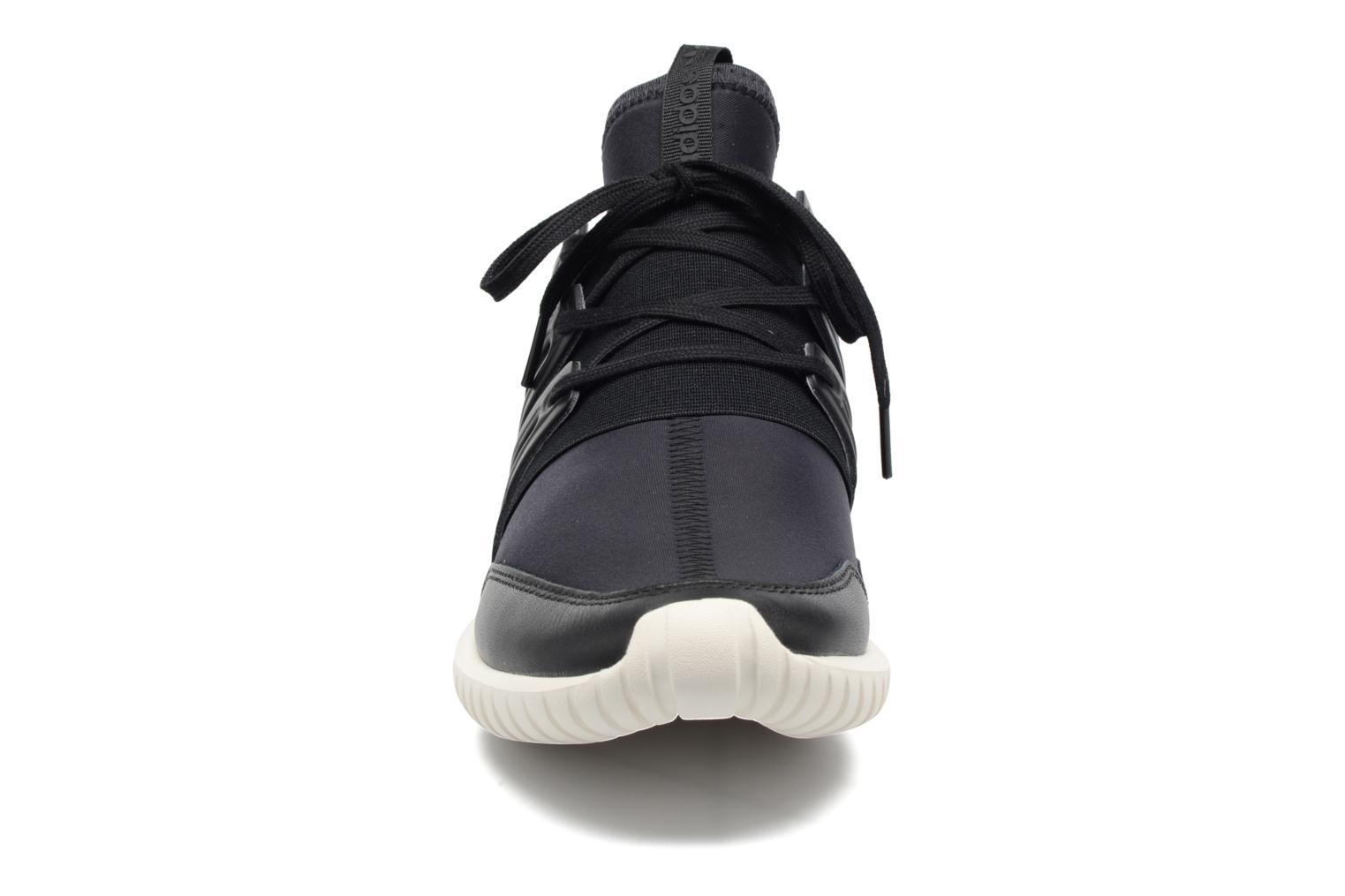 Sneakers Adidas Originals Tubular Radial Cny Nero modello indossato