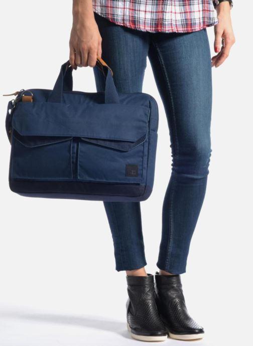 Laptoptaschen Case Logic Sacoche ordinateur 14'' blau ansicht von unten / tasche getragen