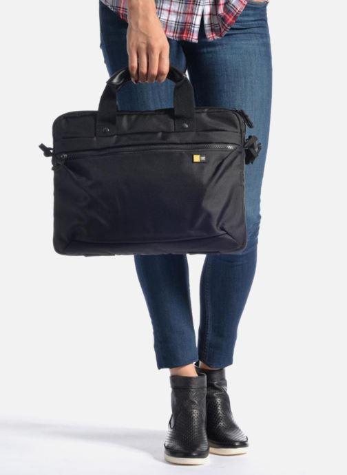Laptoptaschen Case Logic Sacoche ordinateur 13'' schwarz ansicht von unten / tasche getragen