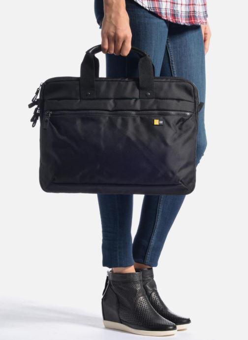 Laptoptaschen Case Logic Sacoche ordinateur 15'' V1 schwarz ansicht von unten / tasche getragen