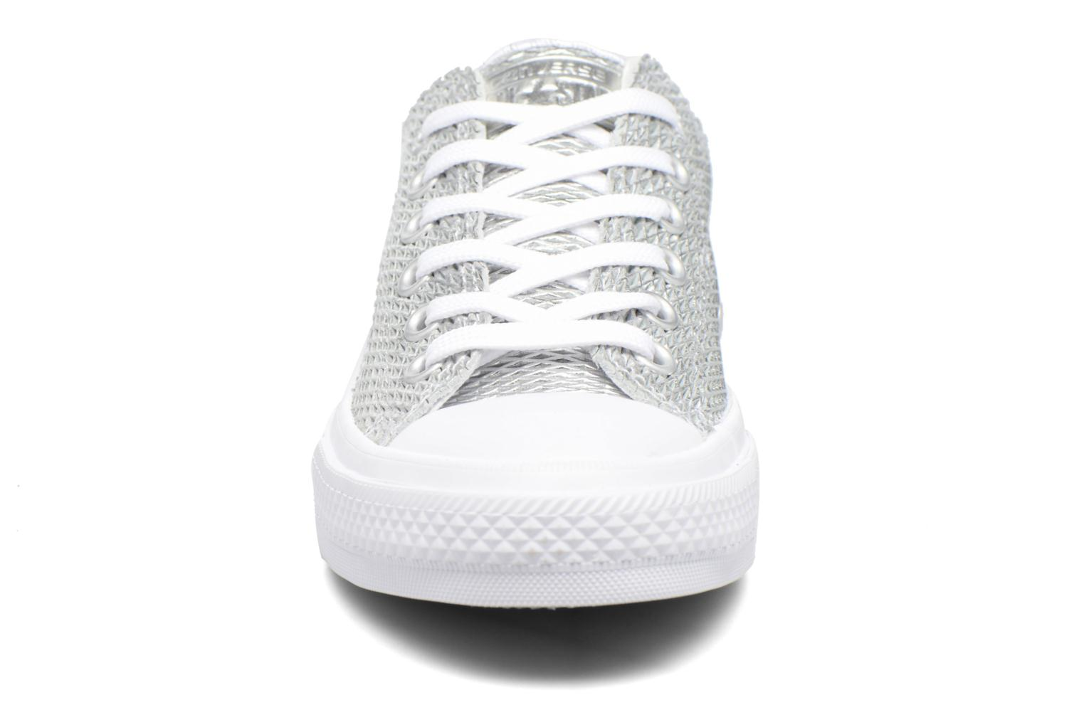 Sneakers Converse Chuck Taylor All Star II Ox Perf Metallic Leather Argento modello indossato
