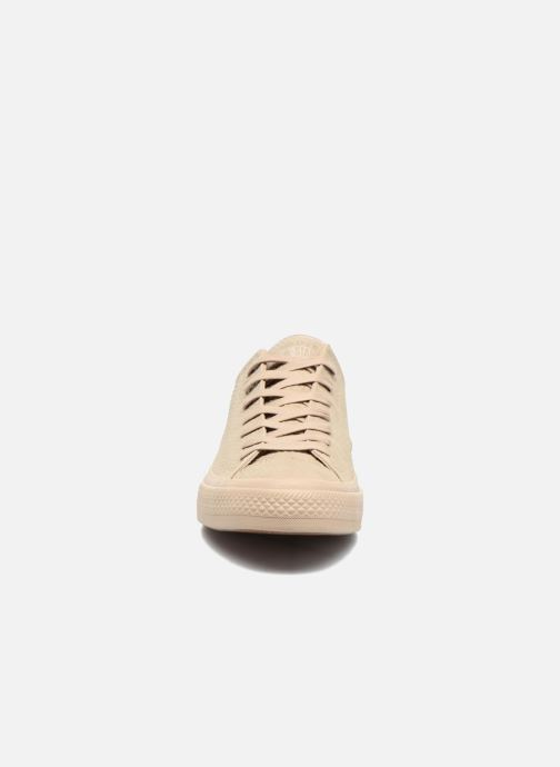 6ef51c0b2ca Baskets Converse Chuck Taylor All Star II Ox Lux Leather Beige vue portées  chaussures
