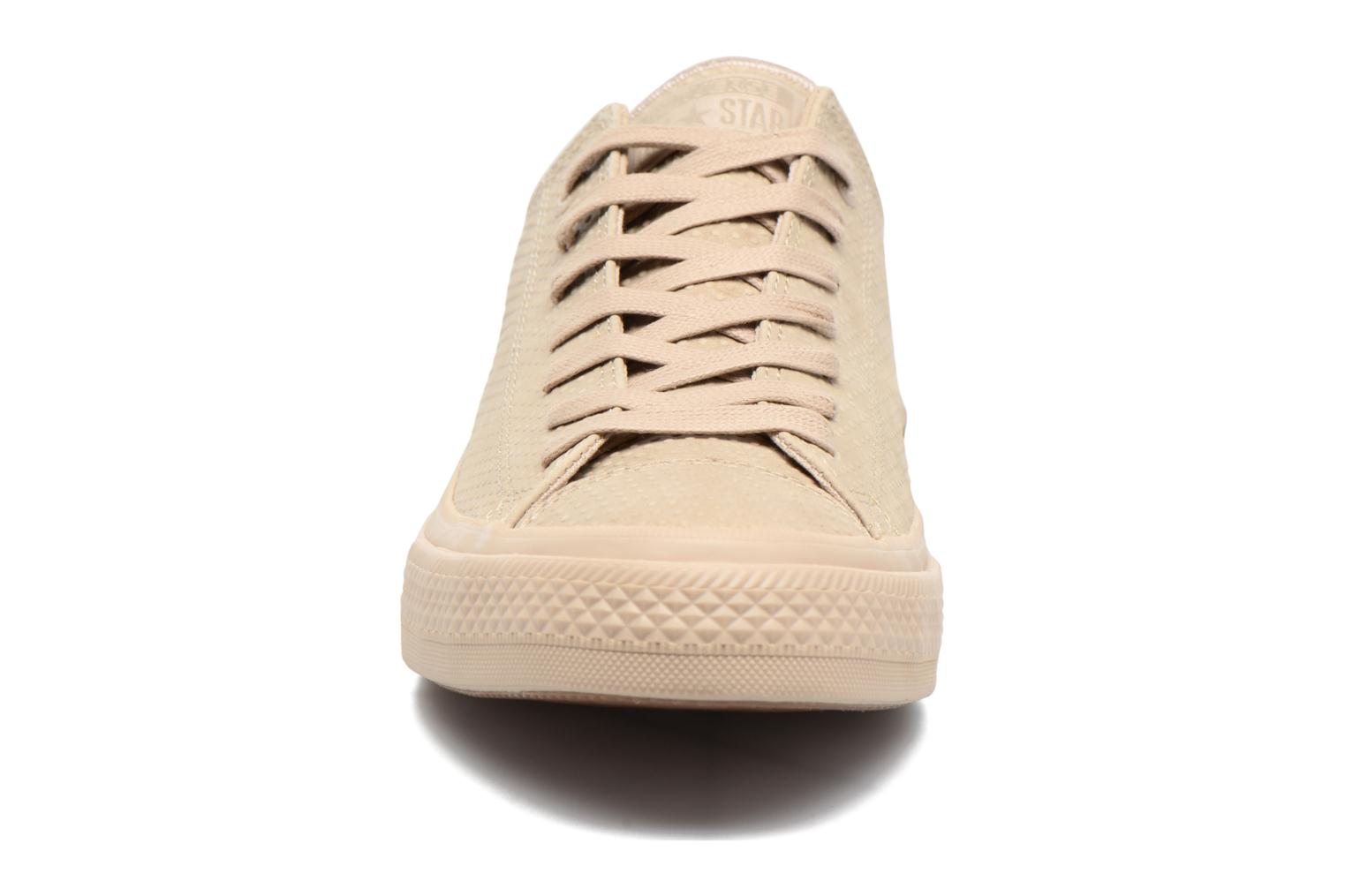 Baskets Converse Chuck Taylor All Star II Ox Lux Leather Beige vue portées chaussures